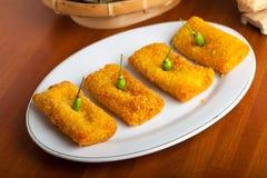 Comida indonesia Risoles en la placa blanca imagenes de archivo