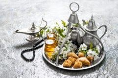 Comida islámica de los días de fiesta con la decoración Ramadan Kareem Eid mubar imagen de archivo