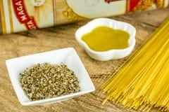 Comida italiana, aceite de oliva, tallarines y sal herbaria Fotos de archivo