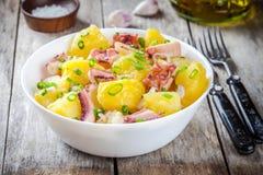 Comida italiana: ensalada con el pulpo, las patatas y las cebollas Imagen de archivo libre de regalías