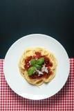 Comida italiana gastrónoma de las pastas en la placa redonda Foto de archivo