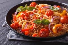 Comida italiana: pastas con la carne picadita y las verduras Imagen de archivo libre de regalías