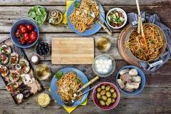 Comida italiana, platos italianos, pastas, bruschette, placas, cena, vino, espacio libre para el texto Copie el espacio imagen de archivo libre de regalías