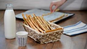 Comida italiana tradicional, barras de pan, grissini almacen de video