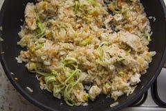 Comida japonesa: cocinar el arroz sano Fotos de archivo libres de regalías