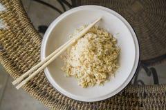 Comida japonesa: cocinar el arroz sano Imagen de archivo