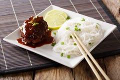 Comida japonesa: filete o hambagu de Hamburgo con una salsa y un r picantes Imagen de archivo