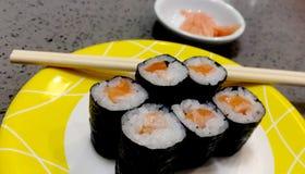 Comida japonesa mezclada servida en el restaurante foto de archivo