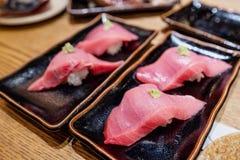 Comida japonesa, sushi fresco del atún con wasabi fotos de archivo libres de regalías