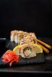Comida japonesa tradicional - sushi, rollos y salsa foto de archivo