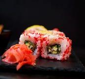 Comida japonesa tradicional - sushi, rollos y salsa imagen de archivo libre de regalías