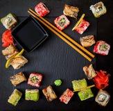 Comida japonesa tradicional - sushi, rollos y salsa foto de archivo libre de regalías
