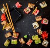 Comida japonesa tradicional - sushi, rollos y salsa fotografía de archivo libre de regalías