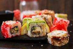 Comida japonesa tradicional - sushi, rollos y salsa imagenes de archivo