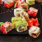 Comida japonesa tradicional - sushi, rollos y salsa imágenes de archivo libres de regalías
