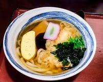 Comida japonesa, udon del tempura con alga marina imagen de archivo