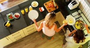 Comida lesbiana de la porción de los pares en la cocina en casa 4k almacen de video