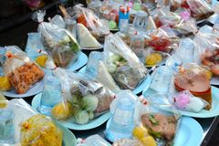 Comida lista, una donación a los monjes del monasterio budista en Bangkok, Tailandia imágenes de archivo libres de regalías