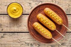 A comida lixo americana tradicional da rua do corndog do cão de milho fritou o petisco da salsicha da carne do hotdog com mostard Fotografia de Stock