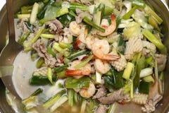 Comida local tailandesa en la placa inoxidable para el abastecimiento de la comida fría Fotografía de archivo libre de regalías
