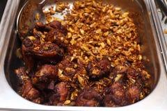 Comida local tailandesa en la placa inoxidable para el abastecimiento de la comida fría Imagenes de archivo
