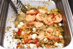 Comida local tailandesa en la placa inoxidable para el abastecimiento de la comida fría Imagen de archivo libre de regalías
