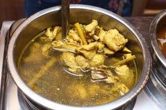 Comida local tailandesa en la placa inoxidable para el abastecimiento de la comida fría Foto de archivo