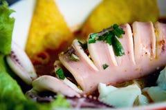 Comida local tailandesa: tallarines picantes de los mariscos con el calamar, el huevo hervido y la bola de carne Fotos de archivo libres de regalías