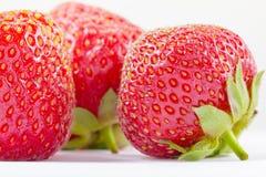 Comida madura de la fruta fresca de la baya roja de la fresa en blanco, jugoso imagenes de archivo