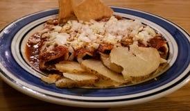 Comida mexicana típica y tradicional Enchiladas rojos deliciosos en plato fotografía de archivo libre de regalías