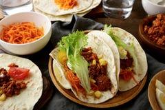 Comida mexicana - tacos sabrosos con la carne picada y las verduras Foto de archivo libre de regalías