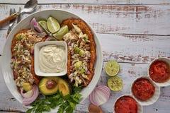 Comida mexicana, tortillas, crema del queso, pollo, cebollas rojas y cales fotografía de archivo libre de regalías