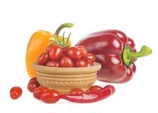 Comida natural sana en blanco Pimientas brillantes y otros ingredientes para cocinar Imagen de archivo