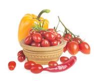 Comida natural sana en blanco Pimientas brillantes y otros ingredientes para cocinar Imágenes de archivo libres de regalías