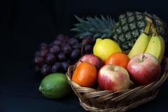 Comida oscura - el claroscuro mezcló la fruta en cesta de mimbre foto de archivo libre de regalías