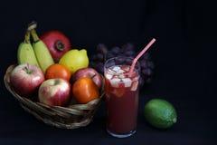 Comida oscura - el claroscuro mezcló la fruta en cesta de mimbre fotos de archivo libres de regalías