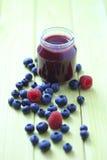 Comida para bebé - framboesas e uvas-do-monte Imagem de Stock