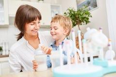 Comida para bebê da garrafa da mãe e da criança Imagem de Stock Royalty Free