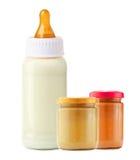 Comida para bebê e e garrafa de leite isolada no branco Fotografia de Stock