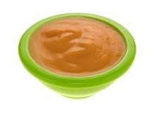 Comida para bebê em uma bacia verde em um fundo branco Imagens de Stock Royalty Free