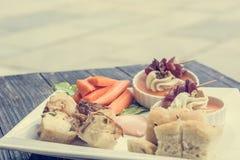 Comida para comer con los dedos en la tabla de madera Fotos de archivo