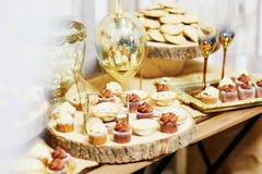 Comida para comer con los dedos sabroso clasificado en la placa de madera en la recepción nupcial Imagen de archivo libre de regalías