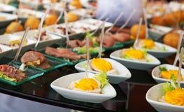 Comida para el cóctel en el banquete de boda Imagen de archivo libre de regalías