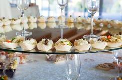 Comida para el cóctel en el banquete de boda Fotos de archivo