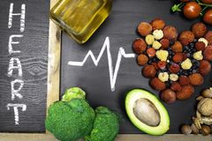 comida para el corazón, ricos con los antioxidantes, ácidos hidroclóricos monounsaturated, con el corazón del texto foto de archivo