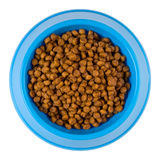 Comida para gatos seca en una trayectoria de recortes plástica azul del cuenco desde arriba - Foto de archivo libre de regalías