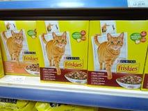 Comida para gatos turca de Friskies en el mercado en la exhibición Imagenes de archivo