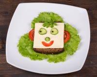 Comida para los niños - cara de la diversión en el pan imagenes de archivo