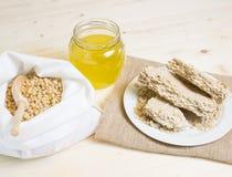 Comida para los veganos Las nueces de pino en un algodón blanco empaquetan, cedro que el aceite es planchado en frío foto de archivo