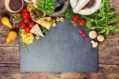 Comida, pastas, queso, verduras y especias italianos Imagenes de archivo